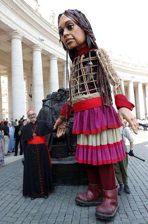 عروسک دختر پناهجوی سوری ۸ هزار کیلومتر پیاده از ترکیه تا بریتانیا میرود
